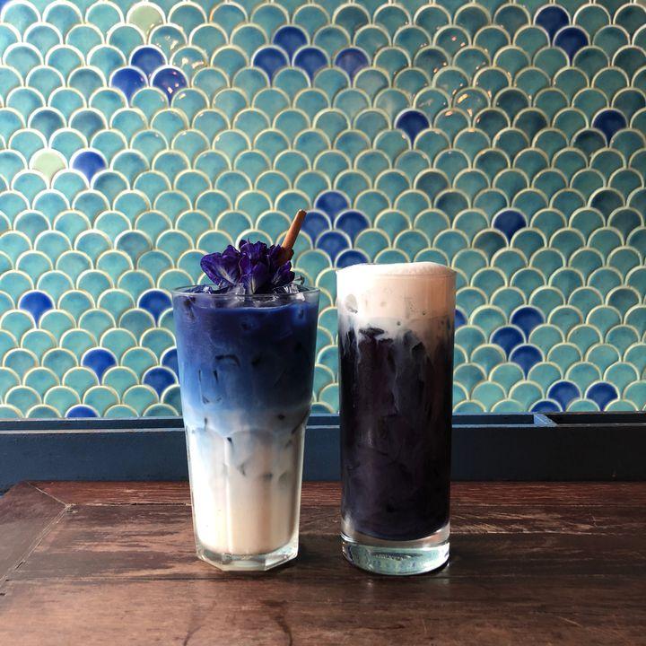 """バンコクで話題!""""青いラテ""""が人気のカフェ「ブルーホエールマハラート」とは"""