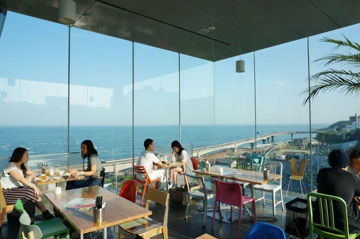 """気分はまるで南国リゾート。東京近郊の海が見える""""絶景カフェ""""9選"""