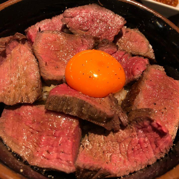 肉厚すぎるローストビーフ丼。日本橋の「肉友」で絶品飯をいただく