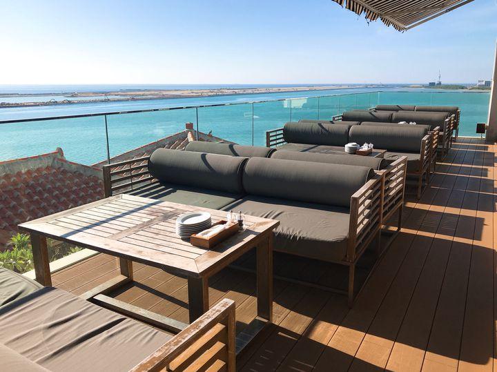 """海を見ながらのんびりと。沖縄本島にある海が見える""""絶景カフェ""""11選"""