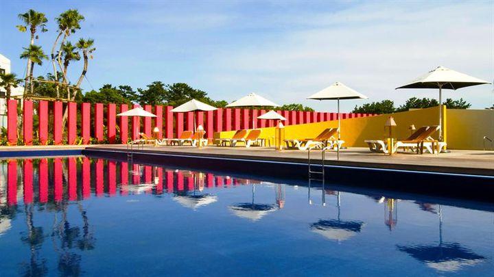 """今年こそ、プールサイドで過ごす夏。日本全国""""贅沢ホテル×プール""""10選"""