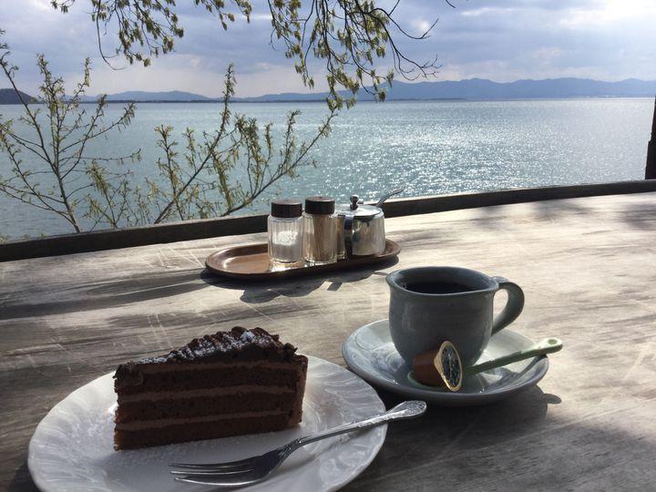 この夏お出かけついでに行きたい!日本全国の海辺・湖辺で涼める素敵カフェ10選