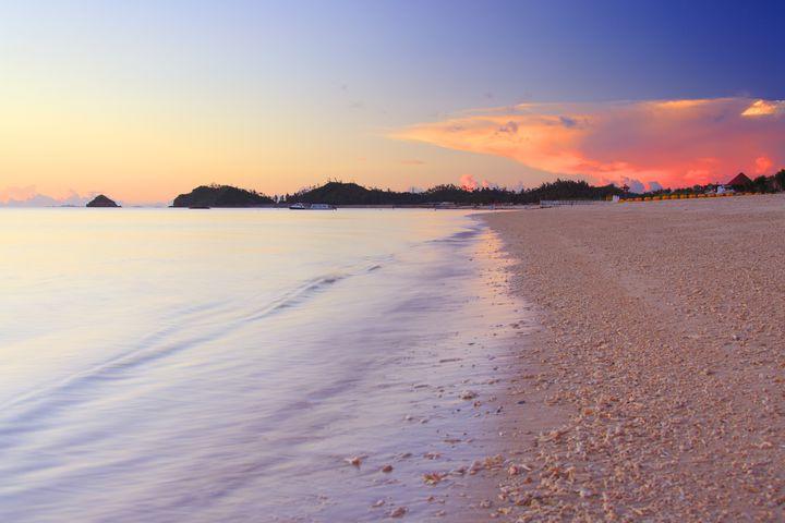 """美しい海とオレンジに染まる地平線。沖縄の""""夕日が綺麗なビーチ""""9選"""