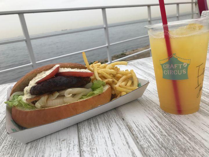 気分はバカンス!「海」の近くで「ハンバーガー」を食べられる全国のお店10選
