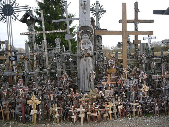 """限度ガン無視の珍スポット。リトアニアの""""十字架の丘""""はすごかった"""