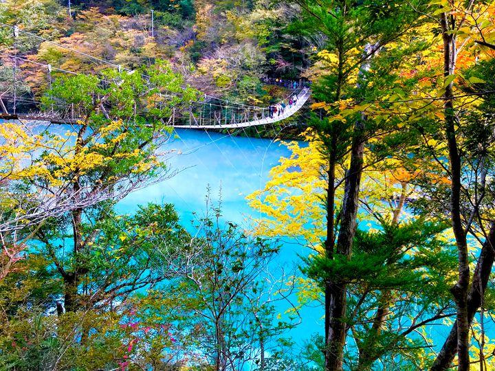 エメラルドグリーンの湖にかかる「夢の吊り橋」でしたい5つのこと