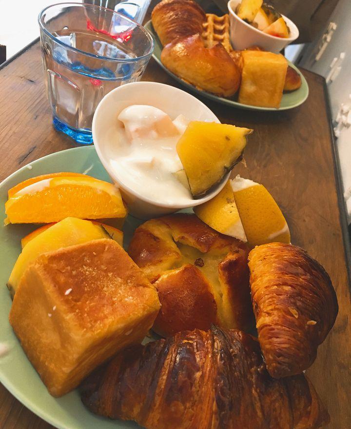500円で果物とパン盛り放題!恵比寿のエッセンスカフェでお花に囲まれる朝食を