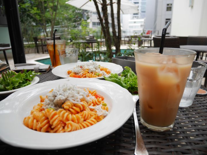 涼しくなる季節に風を感じる。東京都内の「水辺カフェ」7選