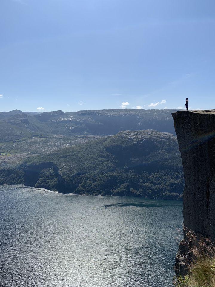 死ぬまでに行きたい!ノルウェーの断崖「プレーケストーレン」が凄すぎる