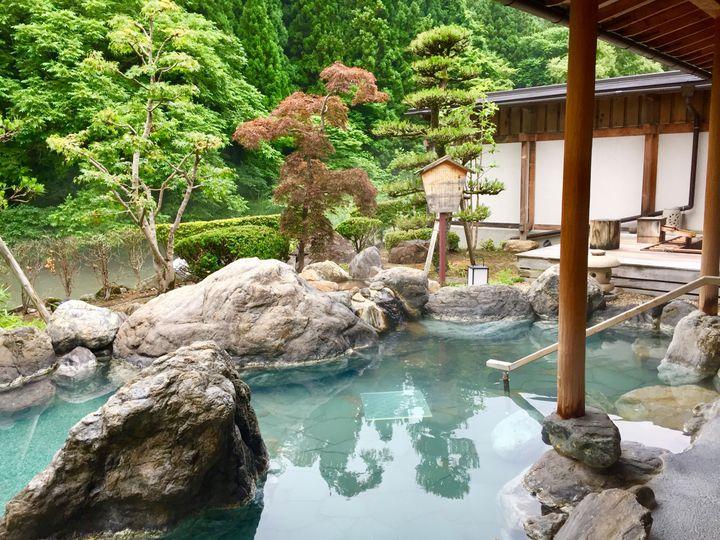 """日本の情に浸る贅沢な休日。子供禁制の""""大人だけが泊まれる""""日本の旅館12選"""