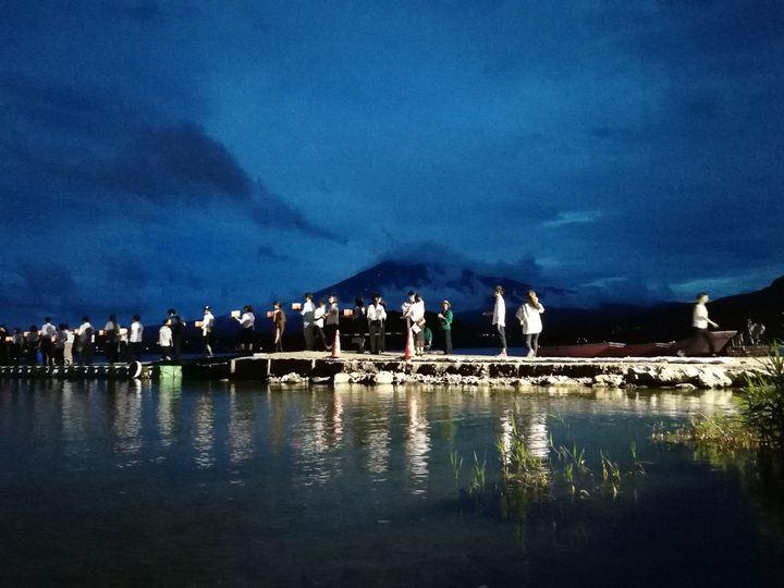 """【終了】夏の風物詩""""灯籠流し""""を見に行こう。「富士河口湖灯ろう流し」開催"""