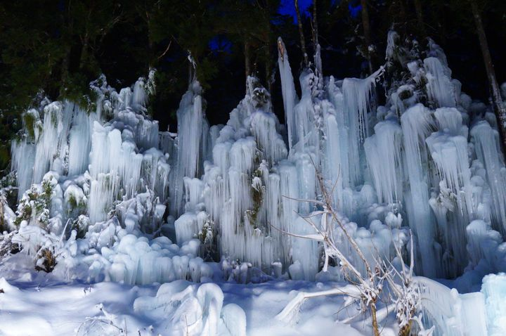 【終了】氷のカーテンを美しく照らす。岐阜・福地温泉にて「青だるライトアップ」開催